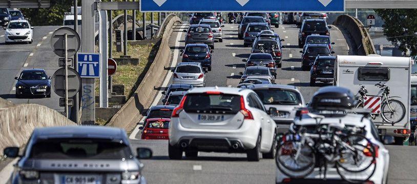 Le trafic est dense sur la route des vacances.
