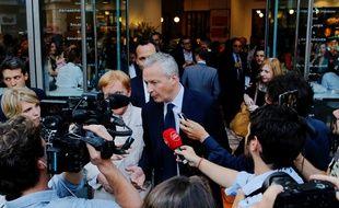 Bruno Le Maire parle aux médias après l'inauguration d'une boulangerie Maison Kayser à New York, le 28 juin 2017.