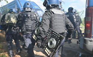 Sur son compte Twitter, le ministère de l'Intérieur a diffusé des photos de la saisie du matériel de sonorisation, dont une partie a été endommagé par les gendarmes.