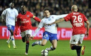 Le PSG, vainqueur de Caen (2-1) au Parc des Princes, a à son tour pris provisoirement les commandes de la Ligue 1 samedi, profitant de la défaite de Brest à Rennes (2-1), alors que l'OM a longtemps buté sur la défense toulousaine avant de trouver la faille (1-0).