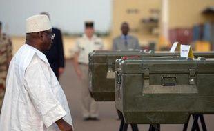 """Le Mali a rendu hommage lundi aux deux journalistes français assassinés à Kidal (nord) et le président malien Ibrahim Boubacar Keïta a pris l'engagement de """"tout faire"""" pour retrouver les assassins en collaboration avec la France."""