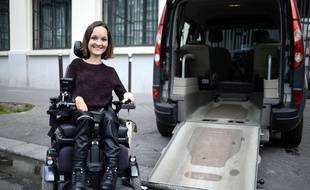 Charlotte de Vilmorin, créatrice de Wheeliz.com, devant un véhicule adapté.