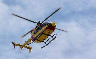 Un hélicoptère des pompiers lors d'une intervention de secours à la personne.