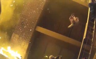 Un pompier rattrape un enfant lancé du 3e étage lors d'un incendie - Le Rewind