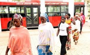 Quelques-unes des lycéennes de Chibok enlevées par Boko Haram et qui ont réussi à s'échapper de leurs ravisseurs arrivent le 22 juillet 2014 à Abuja pour rencontrer le président nigérian