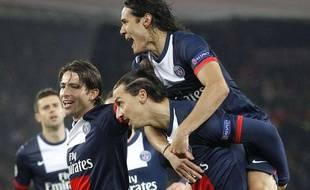 La joie de Maxwell, Ibrahimovic et Cavani après un but de Paris face à l'Olympiakos, le 27 novembre 2013