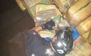 Les douaniers ont saisi près de quatre tonnes de résine de cannabis à bord du navire