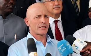 L'ex-otage, Thierry Frezier, parle à la presse, le 8 mai 2017, lors de son arrivée à N'Djamena (Tchad) après sa libération.