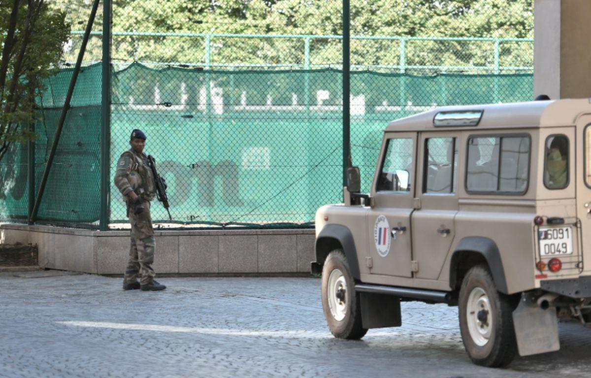 Un militaire de l'opération Sentinelle à l'endroit où une voiture a foncé dans plusieurs soldats, à Levallois – STEPHANE DE SAKUTIN / AFP