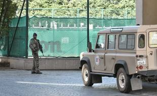 Un militaire de l'opération Sentinelle à l'endroit où une voiture a foncé dans plusieurs soldats, à Levallois