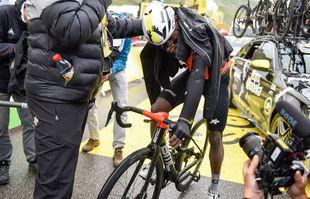 Nicholas Dlamini après avoir franchi la ligne d'arrivée de la 9e étape du Tour de France à Tignes, le dimanche 4juillet 2021.
