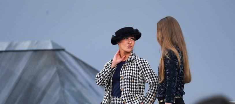 Gigi Hadid s'approche d'une femme pendant la finale et l'escorte hors du défilé Chanel.