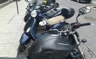 Scooters et motos en stationnement à Vincennes.