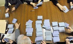 Des personnes participent au dépouillement des votes, le 14 mars 2010 à Jumeaux, lors du premier tour des élections régionales.
