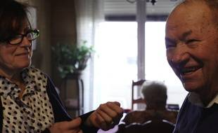 Image extraite du documentaire «La vie des gens», d'Olivier Ducray. Françoise, l'infirmière, est en compagnie d'une personne âgée dont elle s'occupe.