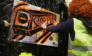 Action des anti pub dans le métro à Lille.