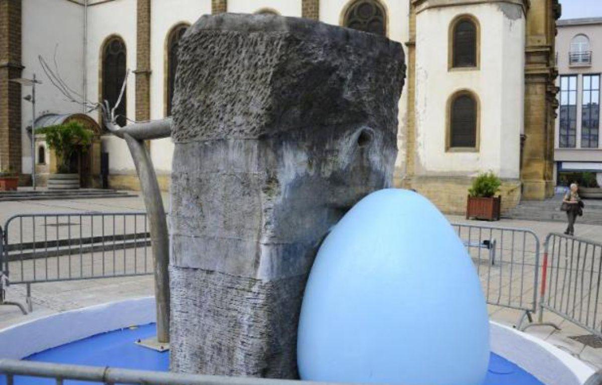 La fontaine créée par Alain Mila repeinte en bleu par la mairie FN à Hayange en Moselle le 28 juillet 2014 – Jean-Christophe Verhaegen AFP