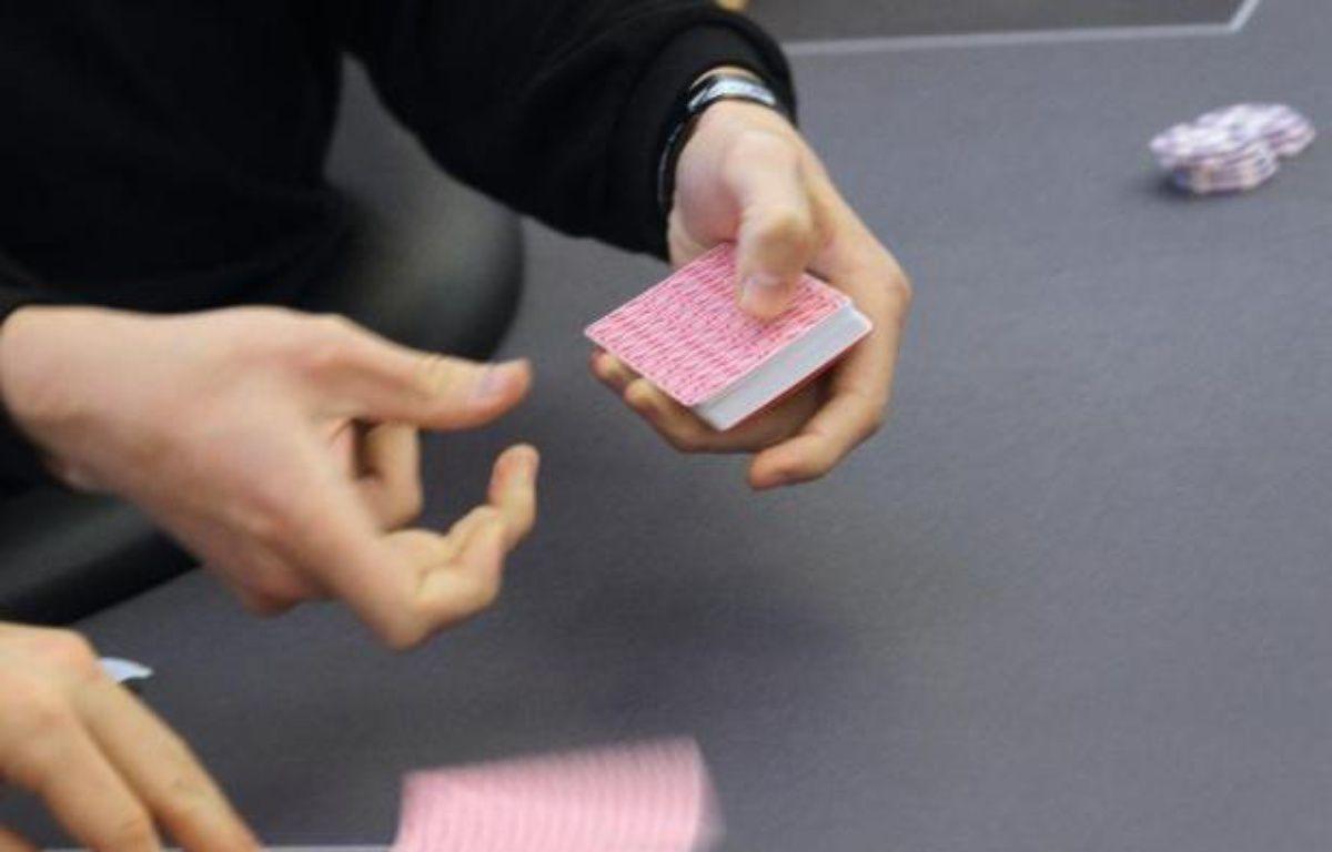 """Un tricheur italien de """"stud poker"""" d'un casino cannois portait des lentilles de contact infrarouges pour lire des cartes truquées:ce stratagème ultra-sophistiqué l'a conduit avec six autres personnes devant la justice. – Valery Hache AFP"""