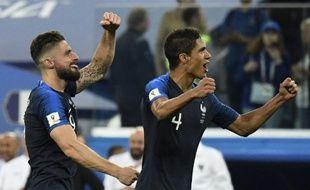Giroud et Varane célèbrent la victoire contre la Belgique.