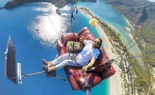 Cet été, le parapentiste professionnel, Hasan Kaval a transporté son salon dans les airs au dessus de la Turquie.
