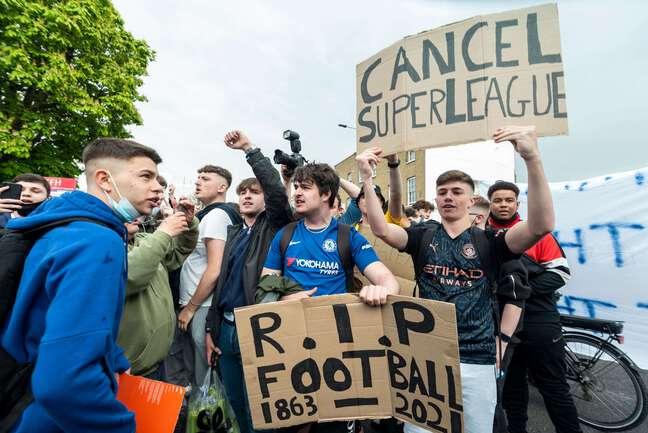 Des supporters anglais manifestent contre la création de la Super Ligue, devant le stade de football de Stamford Bridge à Londres le 20 avril 2021, avant le match de Premier League entre Chelsea et Brighton.