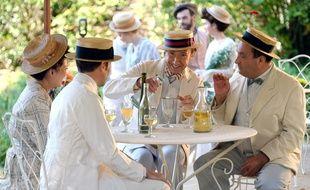 Stéphane Bern se prépare à déguster un verre d'absinthe dans «La fabuleuse histoire du restaurant».