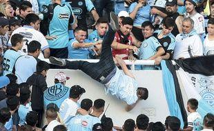 Emanuel Balbo a été jeté par d'autres supporters de Belgrano