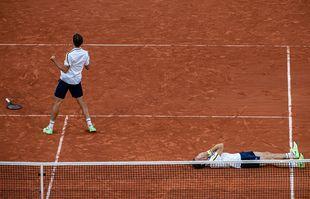 Pierre-Hugues Herbert et Nicolas Mahut après la victoire en double à Roland-Garros à Paris, le 12 juin 2021.