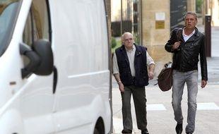 Metz, le 5 août 2014. Henri Leclaire (à gauche) et son avocat lors d'une convocation par le juge qui enquête sur le double meurtre de Montigny-lès-Metz.