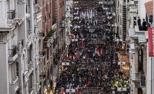 Des milliers de manifestants se sont réunis à Istanbul le 10 octobre 2015, à la suite des attentats qui ont fait au moins 86 morts dans la matinée à Ankara.