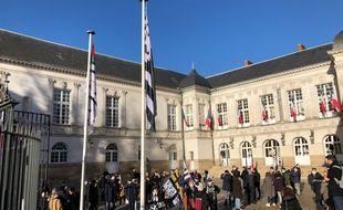 Le Gwenn Ha Du hissé dans la cour d'honneur de l'Hôtel de ville. Sans vent, le symbole est moins spectaculaire.