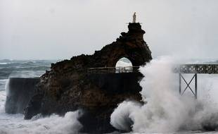 La mer était agitée près du rocher de la Vierge, à Biarritz.