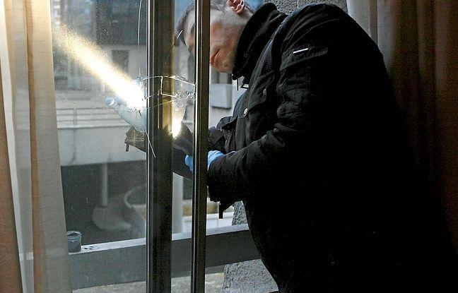 Un policier relève les empreintes après un cambriolage.