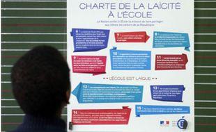 Un élève lit la  Charte de la laïcité à l'école en 2014.