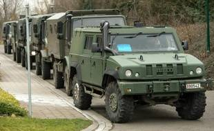 Des véhicules militaires présents lors d'une opération policière en lien avec Reda Kriket, un homme mis en examen en France pour un projet d'attentat, le 31 mars 2016 à Courtrai, en Belgique