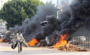 Des manifestants ont bloqué mercredi des routes au Liban, dont celle de l'aéroport international de Beyrouth, et ont brûlé des pneus pour réclamer une revalorisation de salaires, sur fond de grave crise politique.