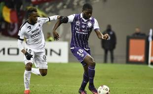 L'attaquant du TFC Odsonne Edouard (à droite), lors d'un match de Ligue 1 contre Metz, le 19 novembre 2016 au Stadium de Toulouse.