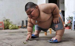 Lu Hao, petit CHinois de 3 ans qui pèses plus de 60 kilos, le 18 mars 2011.