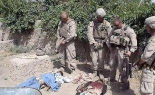 Une vidéo de militaires américains urinant sur des cadavres de talibans présumés a provoqué une vague d'indignation aux Etats-Unis et en Afghanistan et entraîné l'ouverture d'une enquête pour identifier et punir les responsables.