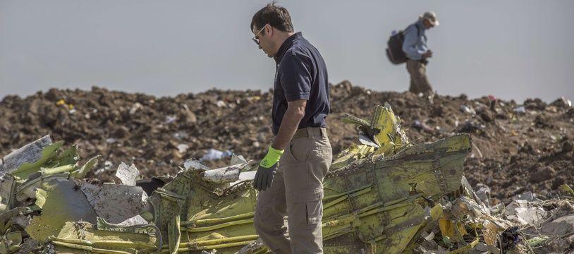 Un enquêteur sur le lieu du crash du Boeing 737 Max 8 d'Ethiopian Airlines, en Ethiopie, le 12 mars 2019.
