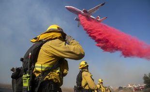 Un un Tanker DC-10 largue du retardant sur l'incendie qui sévit à Simi Valley, près de Los Angeles, le 30 octobre 2019.