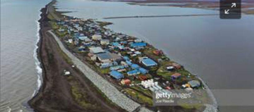 Vue aérienne du village de Kivalina en Alaska.