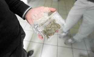L'herbe de cannabis se trouve très facilement dans les halls d'immeubles des quartiers sensibles.