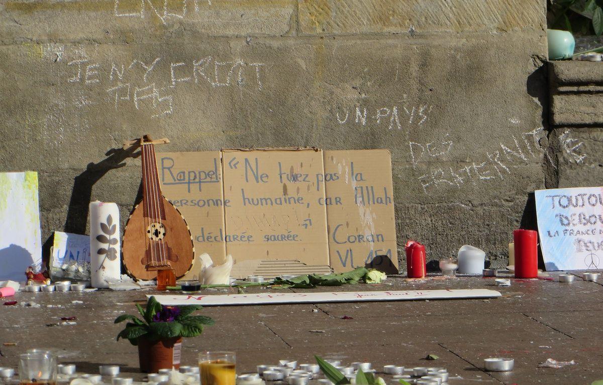 Toulouse; le 15 novembre 2014 - Les Toulousains se recueillent sur la place du Capitole ou des autels spontanés ont vu le jour après les attentats terroristes de Paris le 13 novembre 2015. – Beatrice Colin