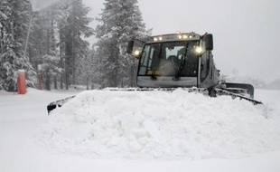 Un engin de damage sur une piste de ski. Illustration
