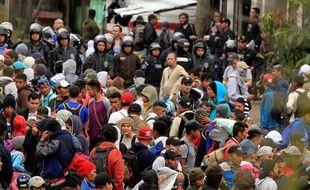 La caravane de migrants honduriens tente d'entrer au Guatemala, le 16 janvier 2019.