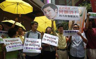 Des manifestants brandissent un portrait de la chanteuse Denise Ho à Hong Kong le 8 juin 2016