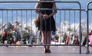 Des fleurs ont été déposées sur la promenade des Anglais en hommage aux victimes de l'attentat de Nice, le 14 juillet 2016.