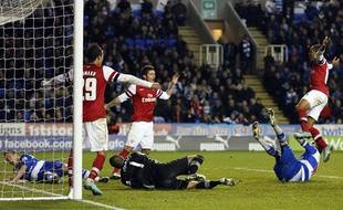 Les joueurs d'Arsenal Chamackh, Giroud et Walcott célèbrent le 4e but de leur équipe, le 30 octobre 2012, à Reading.