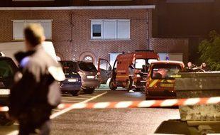 La police à Haubourdin (Nord), devant la maison où 5 membres d'une même famille ont été trouvés morts, le 2